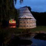 A la nuit tombée, toute la magie de l'ambiance orientale sous la tente berbère